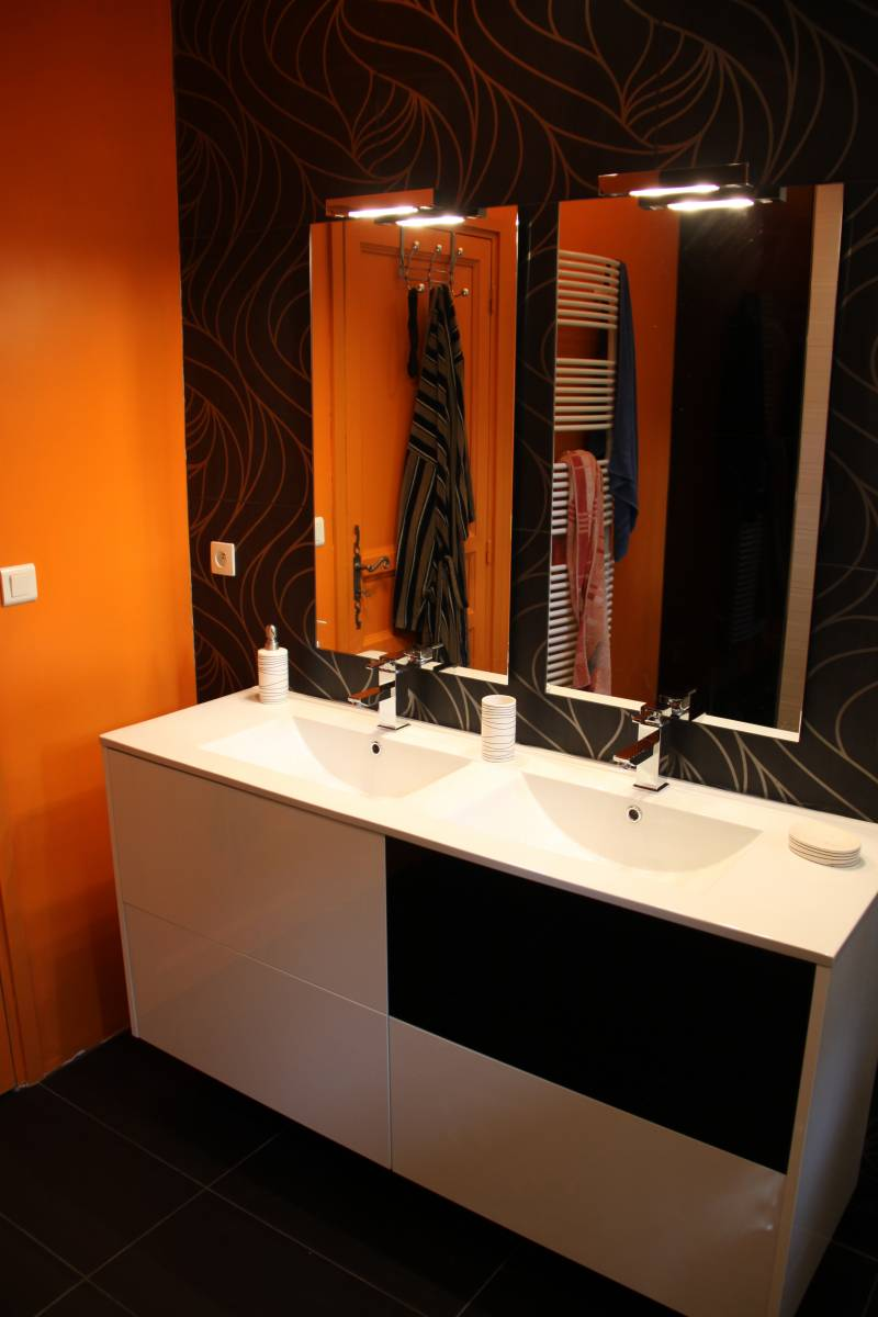 salle de bains r nov e blanche orange et noire martigues. Black Bedroom Furniture Sets. Home Design Ideas